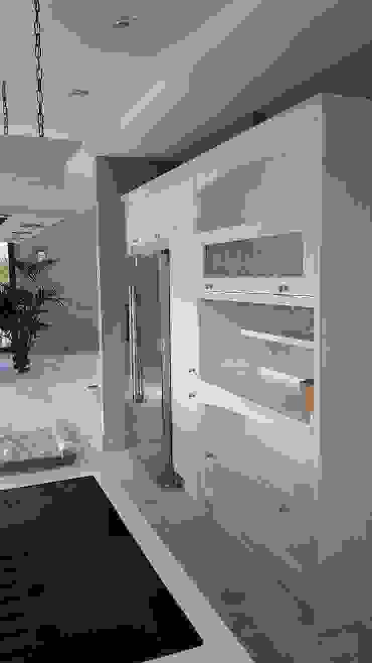 Muebles con modulos abiertos y vitrina de Decodan - Estudio de cocinas y armarios en Estepona y Marbella Clásico Madera Acabado en madera