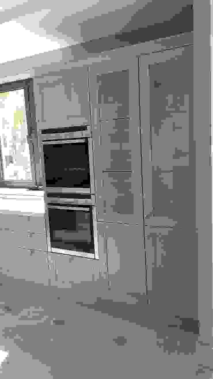 Muebles columnas despensas y vitrinas transparentes de Decodan - Estudio de cocinas y armarios en Estepona y Marbella Clásico Vidrio