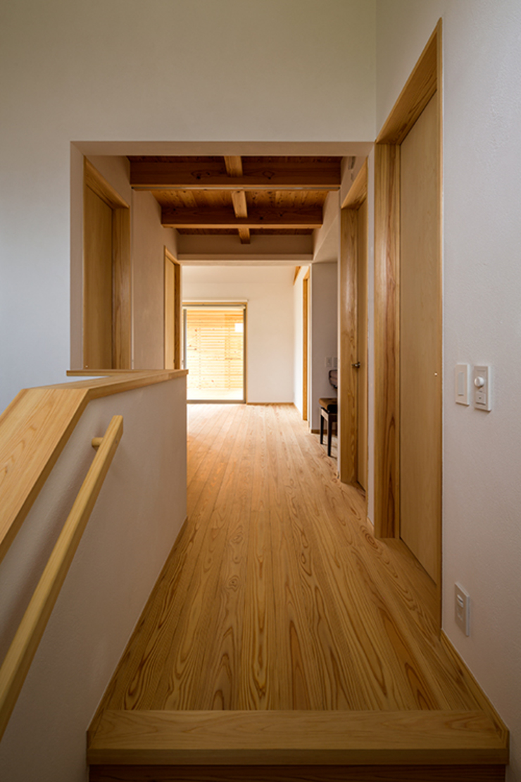 Modern Corridor, Hallway and Staircase by 中山大輔建築設計事務所/Nakayama Architects Modern