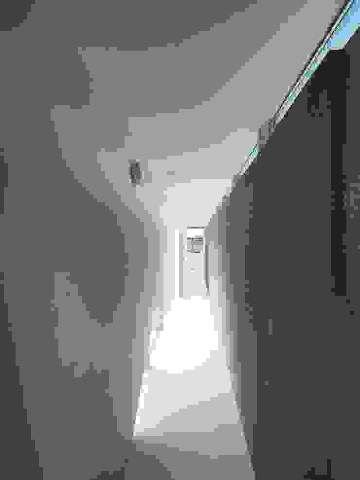 イシウエヨシヒロ建築設計事務所 YIA Modern corridor, hallway & stairs