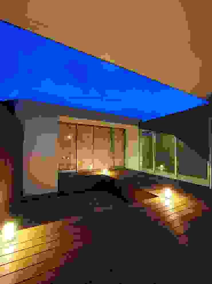 イシウエヨシヒロ建築設計事務所 YIA Modern balcony, veranda & terrace