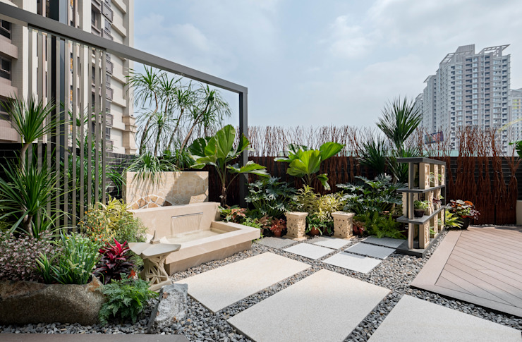 通往水池的步道鋪滿石頭,周圍還有許多熱帶植物 根據 大地工房景觀公司 熱帶風