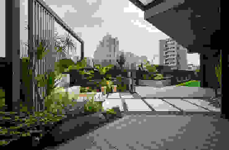 露臺除了造景留下了2/3的活動空間,地板鋪上了塑木與人工草皮 根據 大地工房景觀公司 熱帶風
