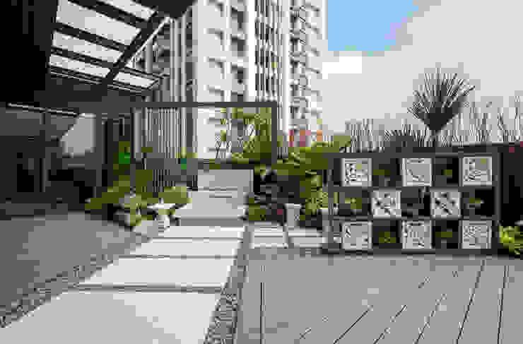 砂岩雕花的石片組成的牆面,更加突顯南洋氣氛;格子狀的空間擺設可以隨心情更換的小盆栽 根據 大地工房景觀公司 熱帶風