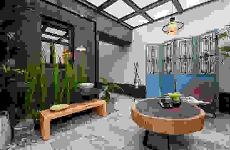 玻璃屋內部地板使用花樣多變的地磚,搭配復古屏風與木製家具還有鐵件裝飾: 熱帶  by 大地工房景觀公司, 熱帶風