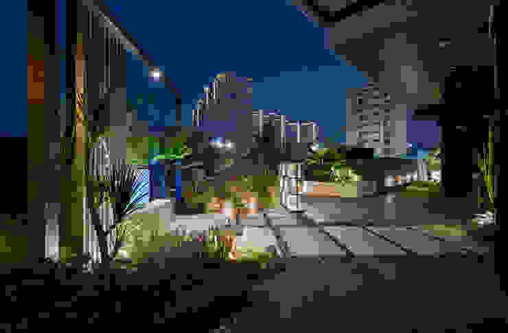 鄰棟的大樓燈光與露臺的熱帶氣息交織,讓人彷彿置身叢林都市 根據 大地工房景觀公司 熱帶風
