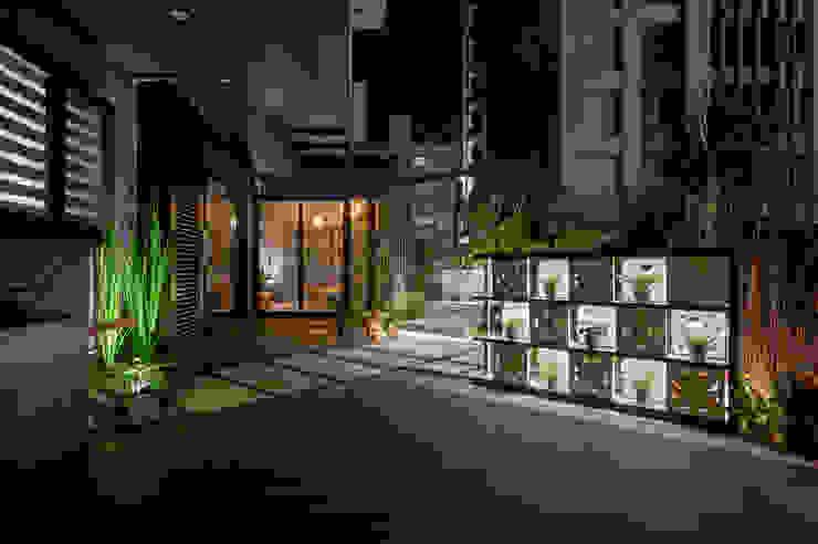 塑木的鋪設讓屋主可以在上面擺放戶外家具,以利親友聚會使用 根據 大地工房景觀公司 熱帶風