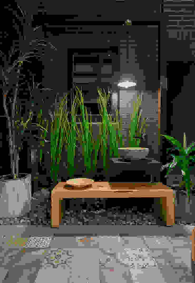 吊掛的燈具照明在夜晚帶來點睛的效果: 熱帶  by 大地工房景觀公司, 熱帶風