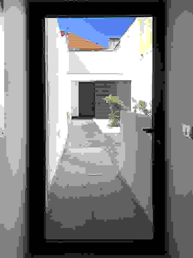Modern balcony, veranda & terrace by GAAPE - ARQUITECTURA, PLANEAMENTO E ENGENHARIA, LDA Modern