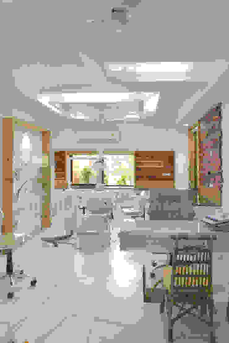 wooden cladding - dental clinic @ prarthna hospital prarthit shah architects Walls