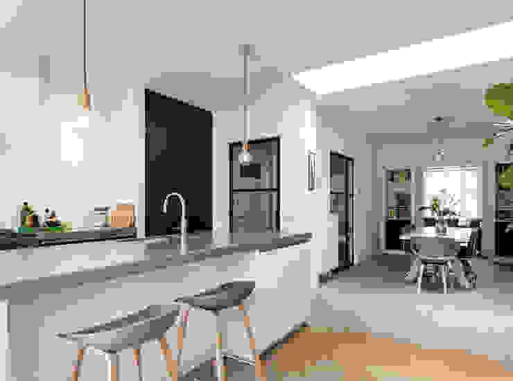 Verbouwing leefkeuken Moderne keukens van Bob Romijnders Architectuur + Interieur Modern