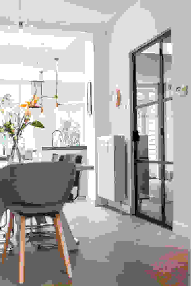Glazen deur Moderne eetkamers van Bob Romijnders Architectuur + Interieur Modern