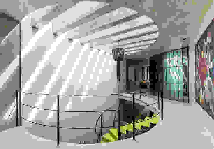 Doble altura Pasillos, vestíbulos y escaleras modernos de Taller Estilo Arquitectura Moderno Concreto