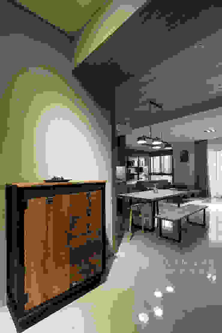 玄關&餐廳 現代風玄關、走廊與階梯 根據 元作空間設計 現代風