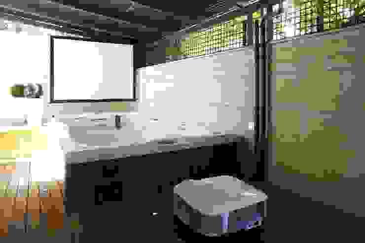 Terraza con bañera de hidromasaje / piscina y sistema de proyección Domonova Soluciones Tecnológicas para tu vivienda en Madrid Balcones y terrazas de estilo moderno Madera