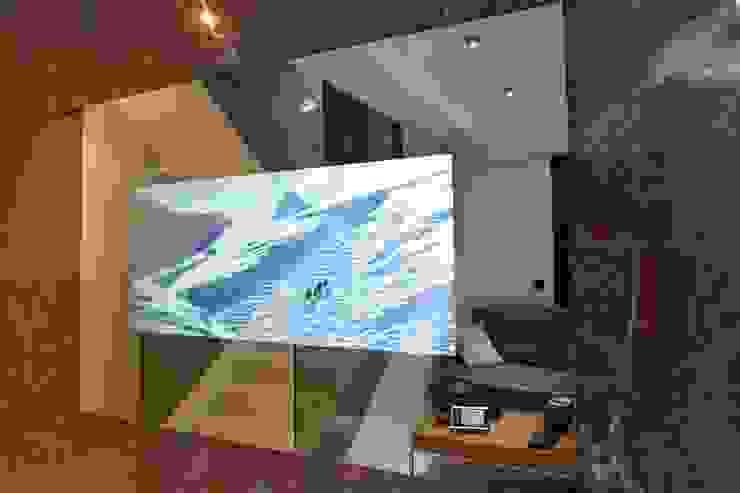 Televisor espejo en salón minimalista Domonova Soluciones Tecnológicas para tu vivienda en Madrid Salones de estilo moderno