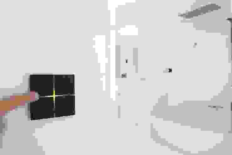 Teclado domótico de diseño para el control de ilumación y persianas Domonova Soluciones Tecnológicas para tu vivienda en Madrid Baños de estilo moderno