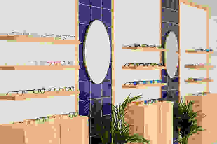 Frente principal de óptica de diseño en Seseña, Toledo Clínicas de estilo escandinavo de CARMITA DESIGN diseño de interiores en Madrid Escandinavo Madera Acabado en madera