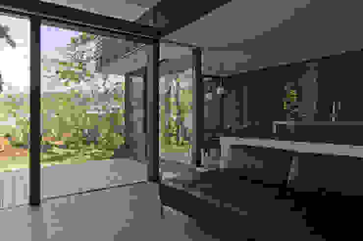 芦屋の家2: エイチ・アンド一級建築士事務所 H& Architects & Associatesが手掛けたリビングです。