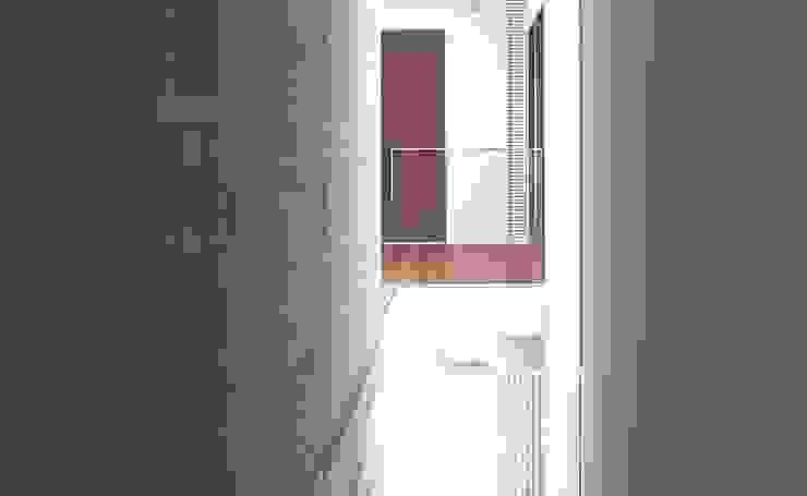HIROO FLAT 裏手の広大な森を借景とした住まい の JWA,Jun Watanabe & Associates モダン