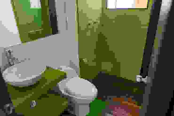 Phòng tắm phong cách hiện đại bởi Camacho Estudio de Arquitectura Hiện đại Gỗ-nhựa composite