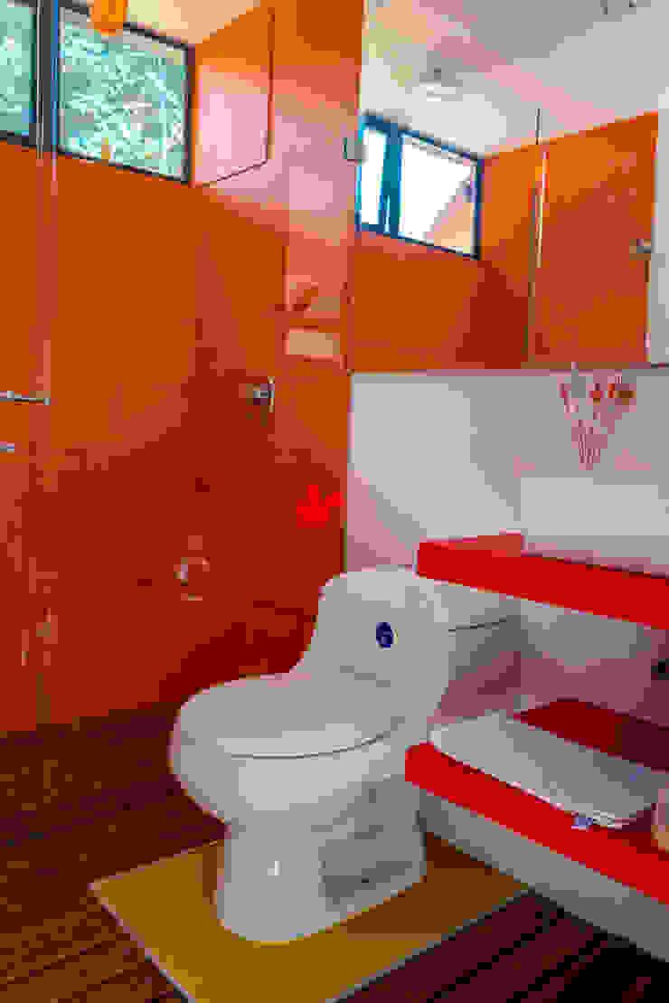 Diseño y restauración de baños Baños de estilo rural de Camacho Estudio de Arquitectura Rural Compuestos de madera y plástico