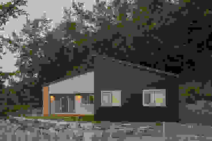 자연과 함께 숨쉬는 전원주택 by 공간제작소(주) 모던