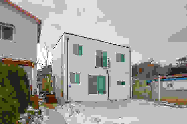 청정한 바닷가 앞 전원주택 by 공간제작소(주) 모던