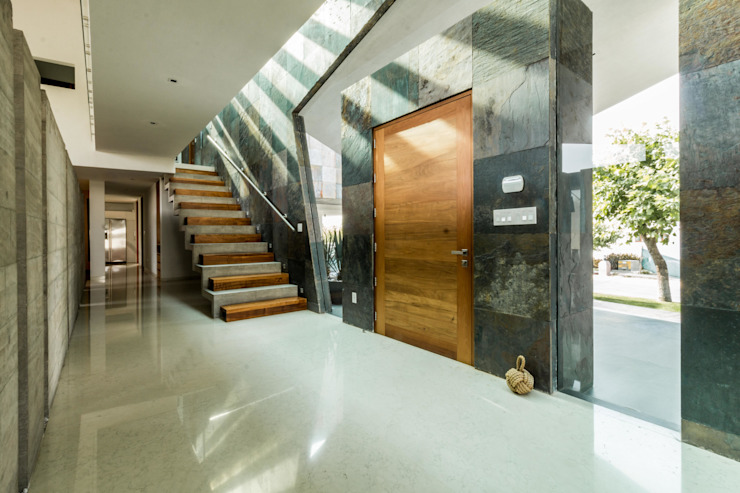 Modern Corridor, Hallway and Staircase by GRUPO VOLTA Modern Marble