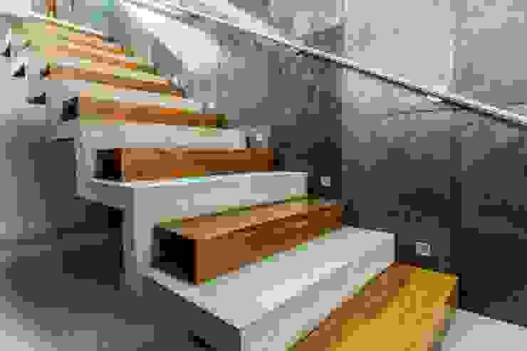 Escaleras de estilo  por GRUPO VOLTA, Moderno Concreto