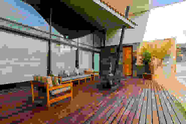 JN-01 GRUPO VOLTA Balcones y terrazas modernos Madera