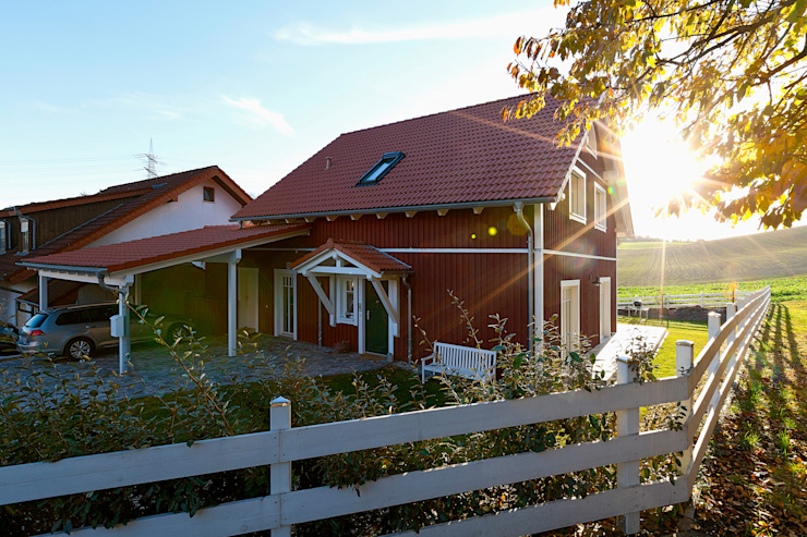 """Biohaus """"Vättern"""" mit typisch skandinavischer Eingangsüberdachung:  Holzhaus von Skan-Hus Projekt GmbH"""