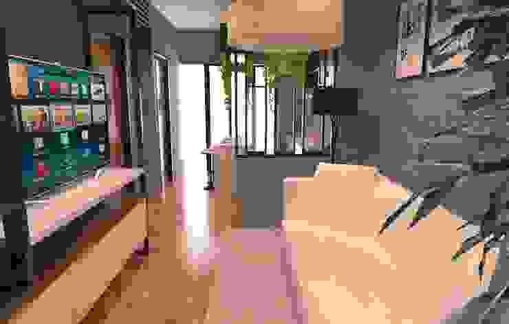Ruang tengah:modern  oleh SARAÈ Interior Design, Modern Kayu Lapis