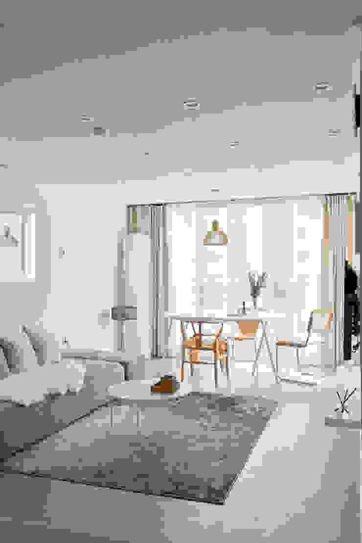 북유럽 풍 신혼집 인테리어 공간, 22평 작은 평수의 아파트 인테리어 스칸디나비아 거실 by BK Design Studio 북유럽