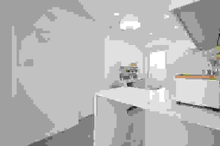 북유럽 풍 신혼집 인테리어 공간, 22평 작은 평수의 아파트 인테리어 스칸디나비아 주방 by BK Design Studio 북유럽