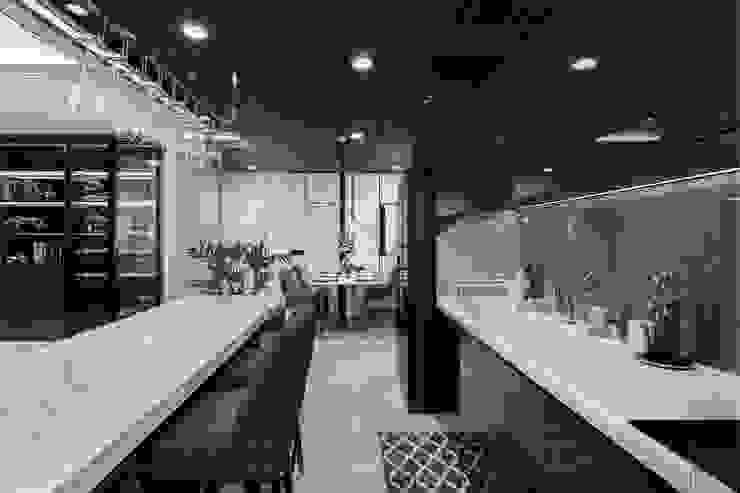 Không gian hiện đại trong căn hộ cao cấp Vinhomes Central Park Nhà bếp phong cách hiện đại bởi ICON INTERIOR Hiện đại