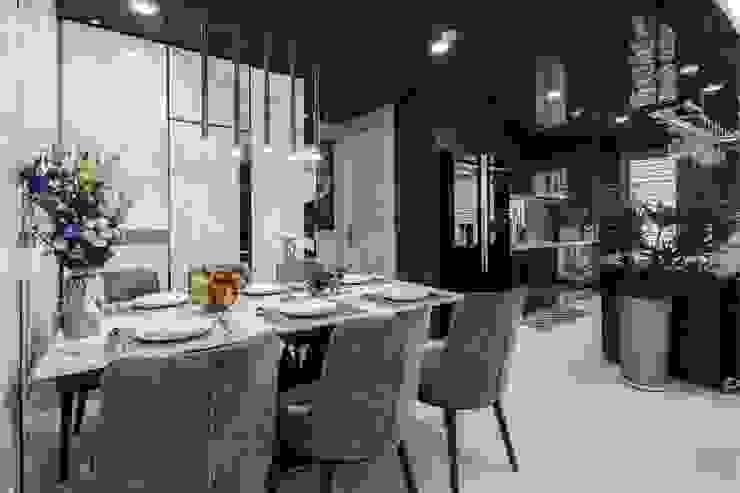 Không gian hiện đại trong căn hộ cao cấp Vinhomes Central Park Phòng ăn phong cách hiện đại bởi ICON INTERIOR Hiện đại
