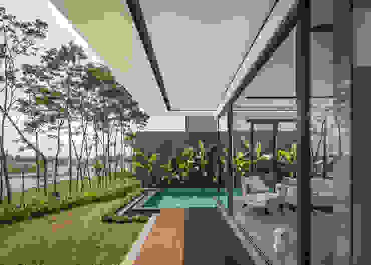 Outdoor Terrace Rakta Studio Balkon, Beranda & Teras Modern