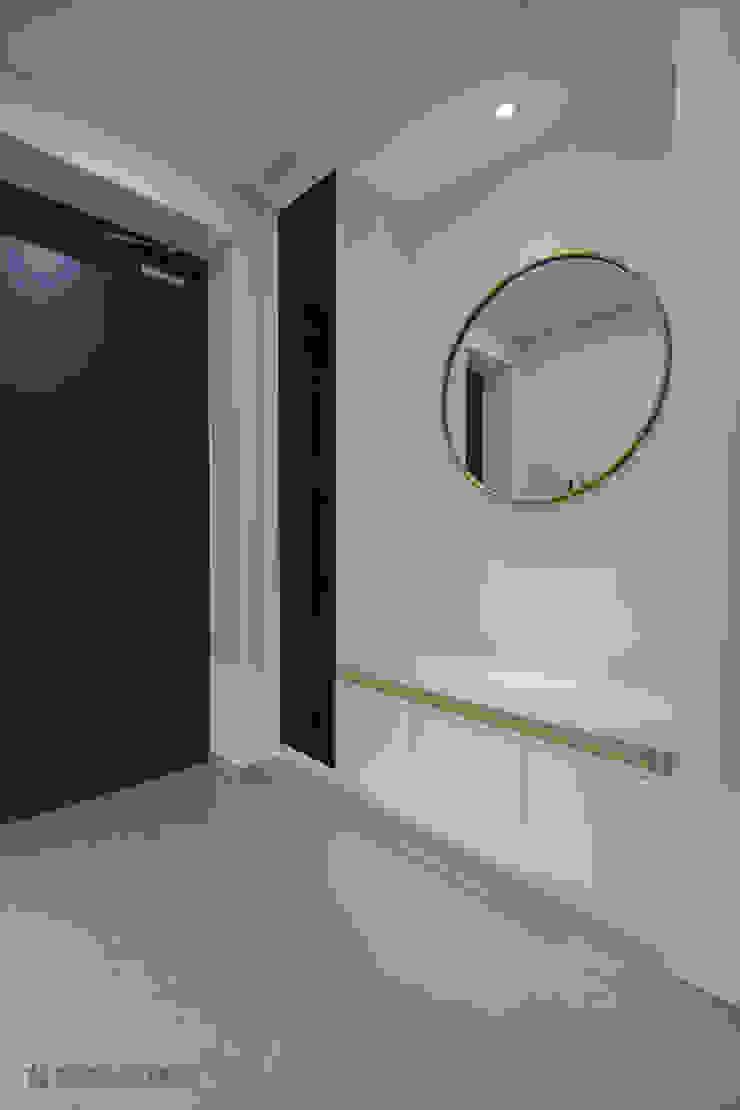 Modern Corridor, Hallway and Staircase by N디자인 인테리어 Modern