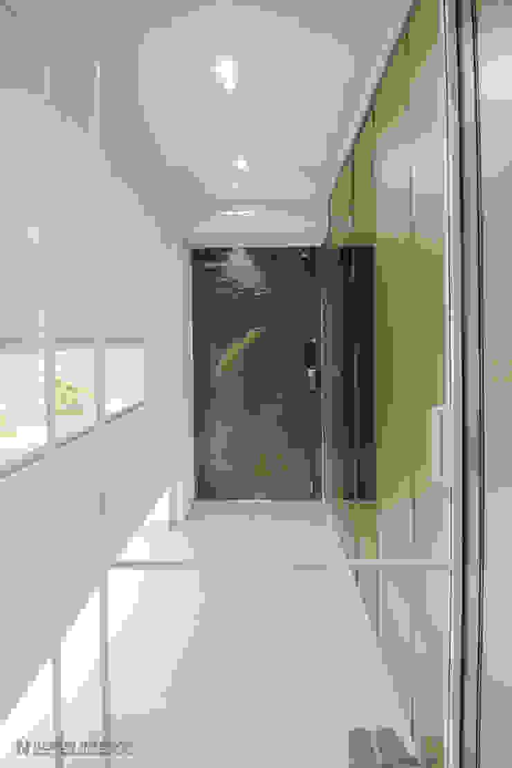 동탄2 더샵 레이크 에듀타운 포스코3차 아파트 인테리어 by.n디자인인테리어 에클레틱 복도, 현관 & 계단 by N디자인 인테리어 에클레틱 (Eclectic)