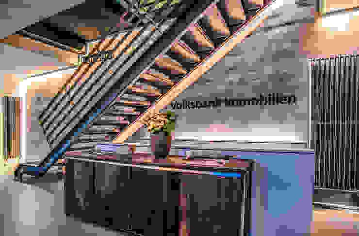 Außergewöhnliche Beleuchtung eines Immobilien Stores Ausgefallene Geschäftsräume & Stores von Moreno Licht mit Effekt - Lichtplaner Ausgefallen Metall