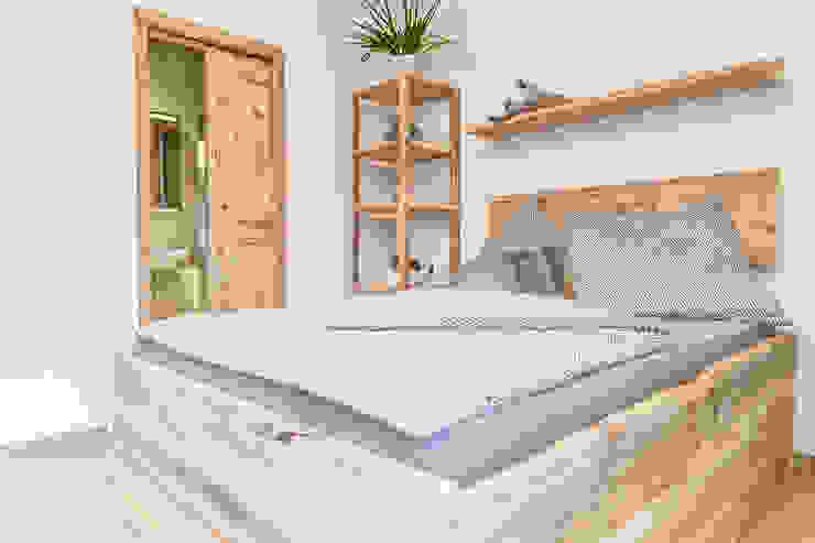 Bett im Wellnessraum edictum - UNIKAT MOBILIAR SchlafzimmerBetten und Kopfteile Holz Beige
