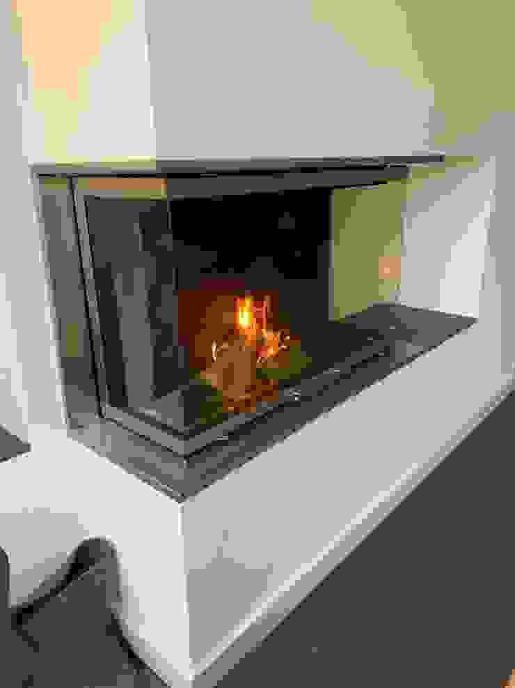 Kamin mit TV Moderne Wohnzimmer von Christoph Lüpken Ofenbau GmbH - Kamine aus Duesseldorf Modern Eisen/Stahl