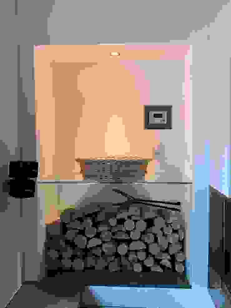 Kamin mit TV Moderne Wohnzimmer von Christoph Lüpken Ofenbau GmbH - Kamine aus Duesseldorf Modern Glas