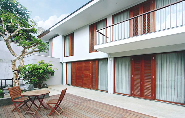 Sukamulya House - Bandung Rumah Tropis Oleh CV Berkat Estetika Tropis Kayu Wood effect