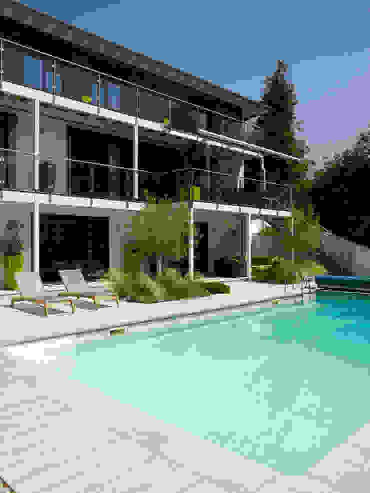 Outdoor Pool , House Bond in Buckinghamshire Baufritz (UK) Ltd. Pool Limestone Grey