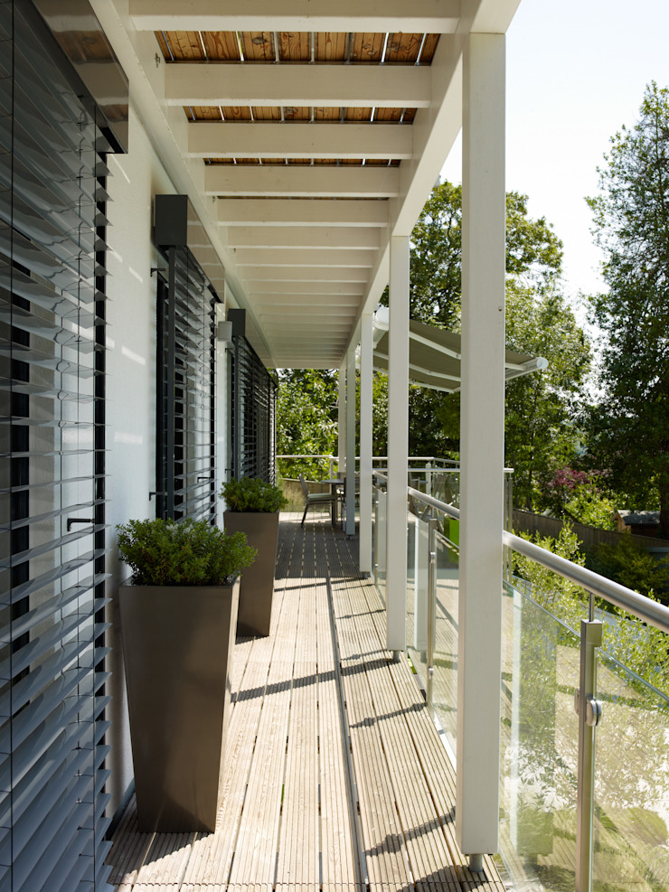 Baufritz House Bond Baufritz (UK) Ltd. Balconies, verandas & terraces Plants & flowers Aluminium/Zinc Grey
