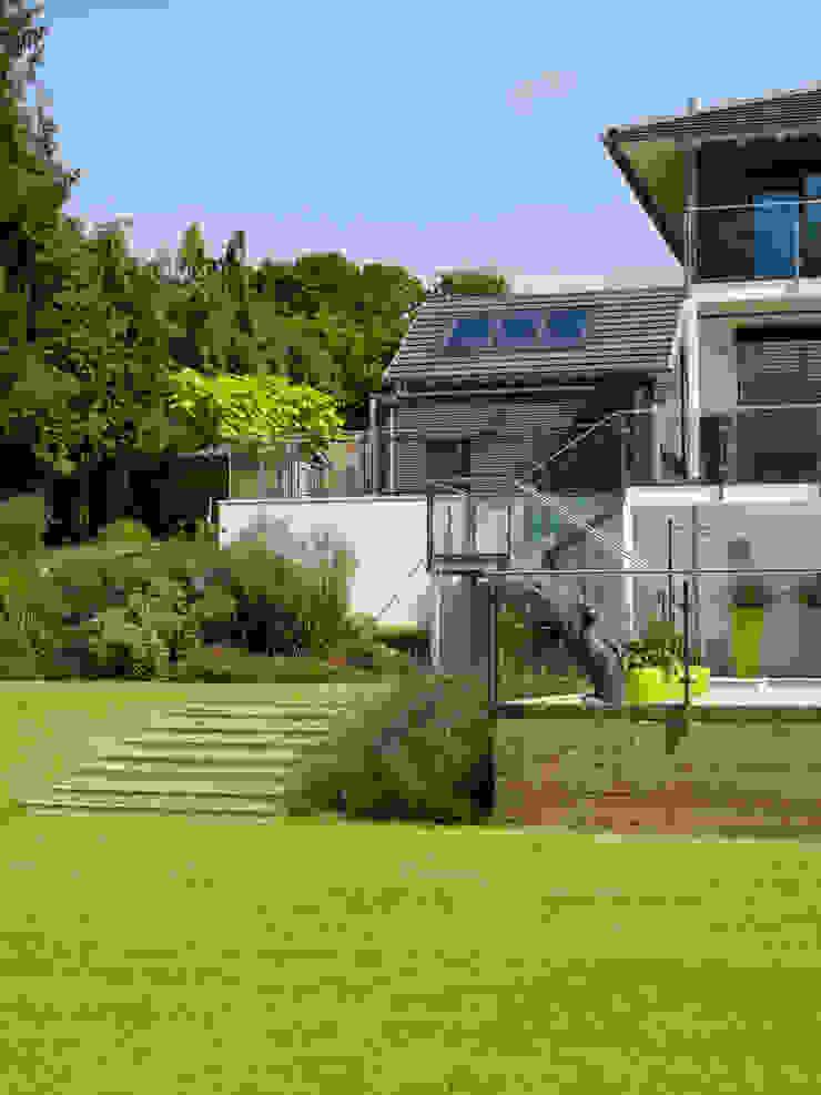Baufritz House Bond Baufritz (UK) Ltd. Garden Fencing & walls Glass Amber/Gold