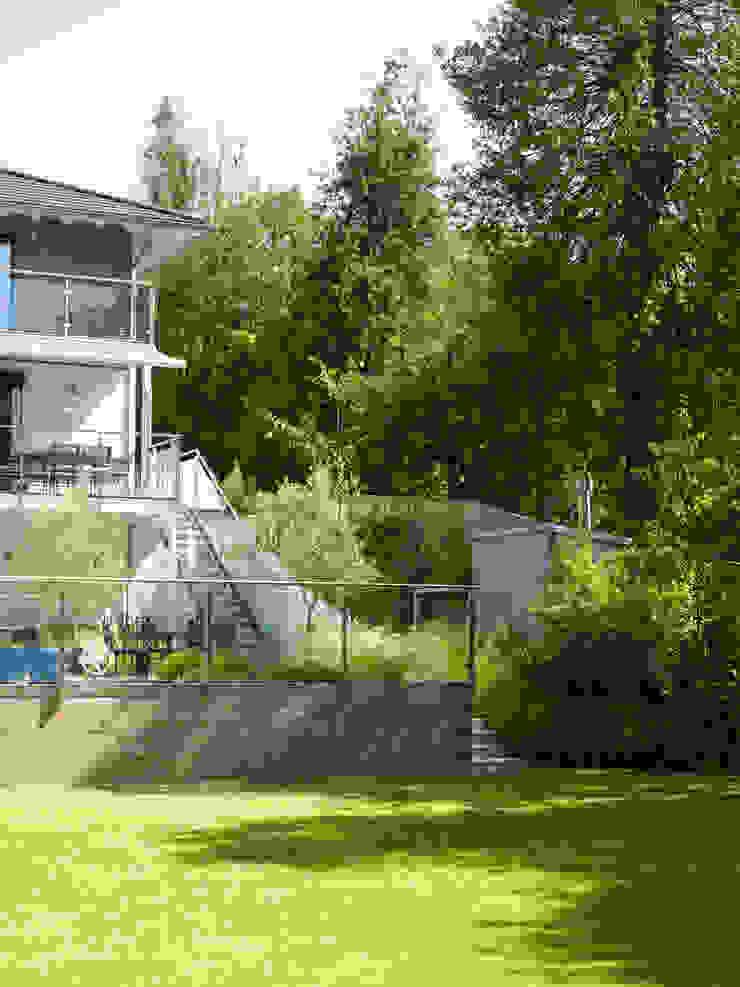 The Graden at House Bond in Buckinghamshire Baufritz (UK) Ltd. Balconies, verandas & terraces Plants & flowers Wood Beige