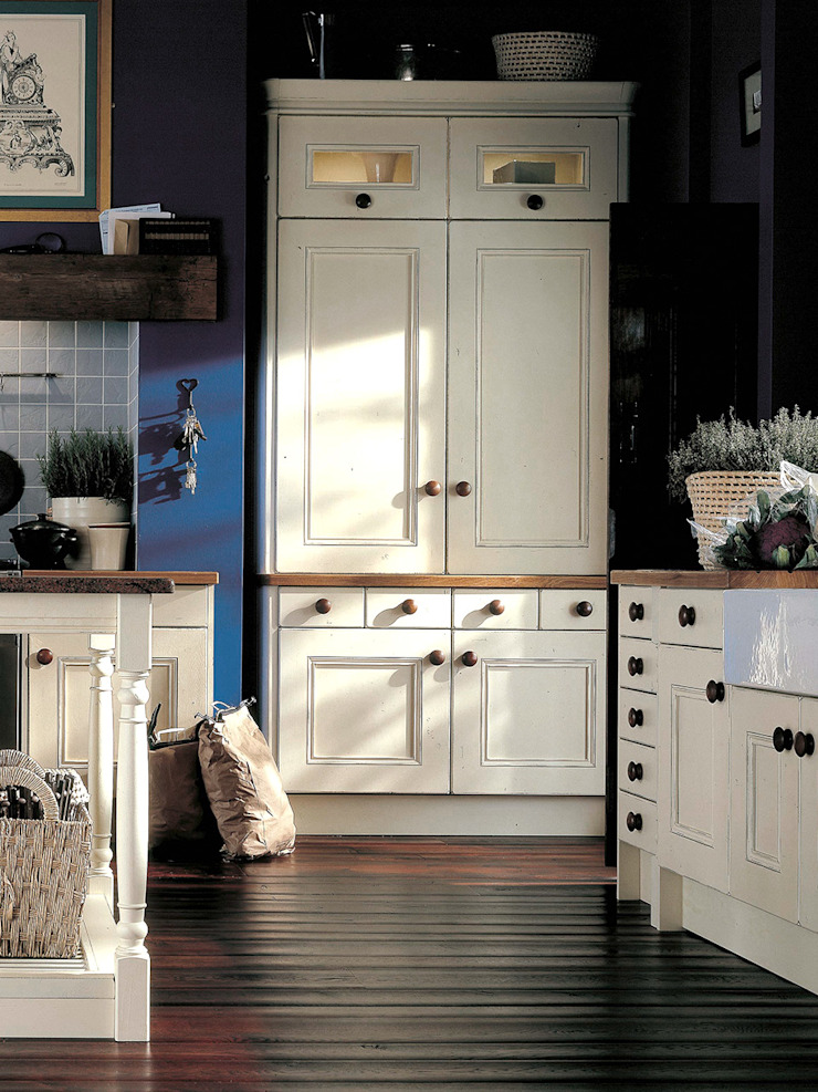 Landlord-Living.de / Küper Interior GmbH Country style kitchen Solid Wood White